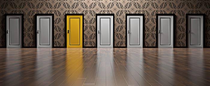 diverse porte uguali tranne una gialla