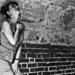 Donna che si protegge contro un muro