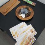 FLyer, incenso e tavolo dell'aperitivo genitori