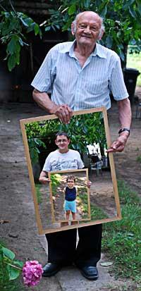 Suocero con quadro del figlio con quadro del nipote